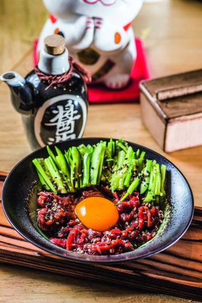O yukke: feito de carne crua, gema de ovo, gergelim e pepino