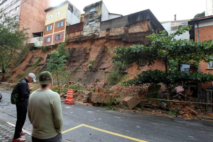 Deslizamento de terra provoca interdição de casas na Bela Vista, no centro de SP