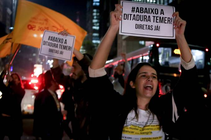 Manifestantes protestam pela saída de Temer do governo e por novas eleições diretas