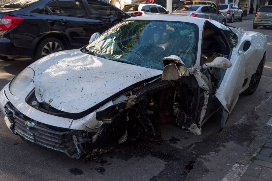 Motorista de uma Ferrari capotou e bateu em um Honda Fit na madrugada desta segunda-feira (8), na Avenida 23 de Maio
