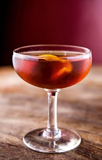 Drinque Manhattan, leva Bourbon, vermute tinto e angostura, do bar Boca de Ouro, em Pinheiros.