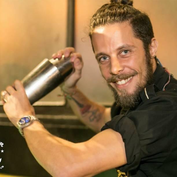 """Jairo Gama, 32 anos. Começou no ABC Paulista há 15 anos e atualmente é chefe de bar do The Sailor, em São Paulo. Classificou-se para a final com a criação do coquetel """"Garden"""", que conta com o gin Tanqueray N.10, purê de abóbora e cogumelos e suspiro. 'Estou muito feliz de estar na final do World Class. É minha segunda vez e agora estou no meu ápice""""."""