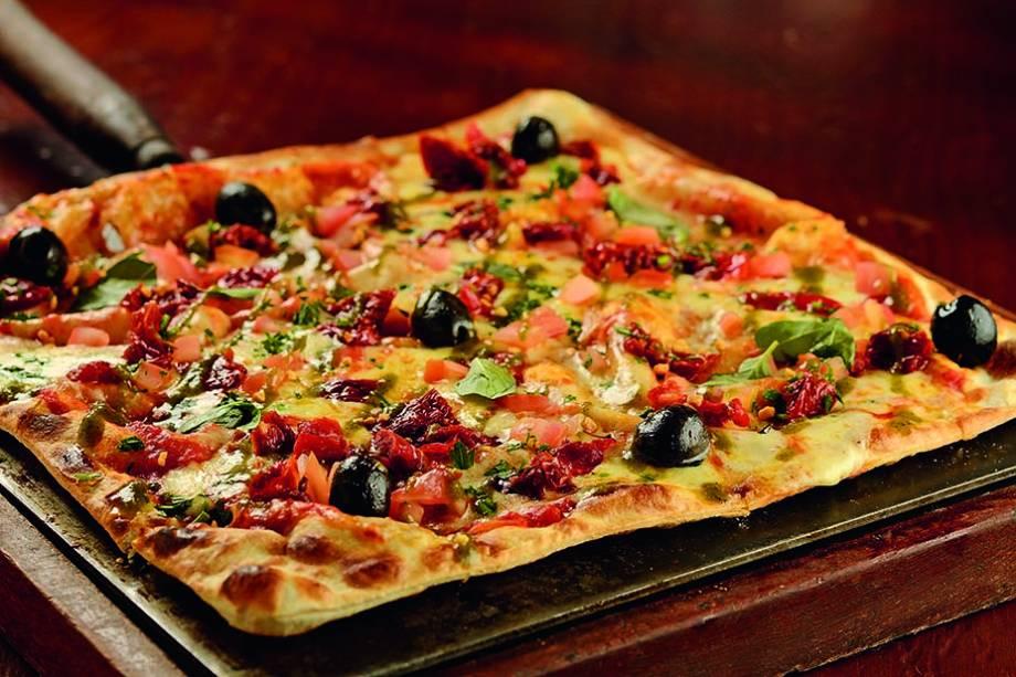 Entre as flammes nova versão com molho de tomate e pesto, alho, azeitona preta, mussarela e tomate seco