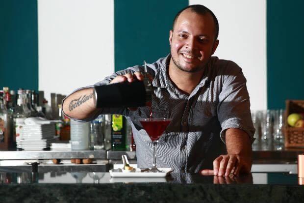 """Luciano Guimarães, 36 anos.De São Paulo, fez carreira em Pernambuco, onde trabalha há 17 anos. Seu drink vencedor se chama Capone, uma variação de Manhattan criado em homenagem a Al Capone com whisky bourbon Bulleit, bitter e vinho do Porto defumado. Seu bar Pina Cocktails & Co. também é inspirado no tempo da lei seca dos EUA. <b></b>""""O World Class alavanca ainda mais a profissão. É uma chance de se mostrar para o país, para o mundo e significa aprender muito""""."""
