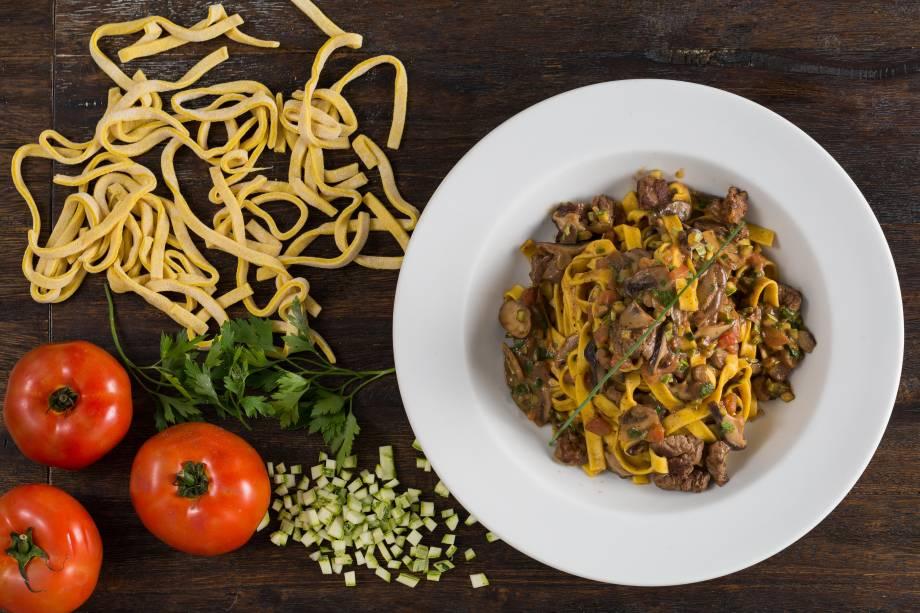 Receita do Maialini: fettuccine com filé-mignon, cogumelos, abobrinha, tomate e azeite trufado (R$ 47,00)