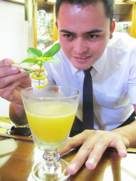 """Ricardo """"Puma"""" Fuenzalida, 29 anos. O chileno trabalha há 12 anos na área e vive há 7 anos no Brasil, onde leciona e tem o canal Cocktail Channel. Para chegar à final, criou o """"Destino Guatemala"""", com o rum Zacapa, xarope de especiarias, abacaxi grelhado, vinho jerez, suco de limão-taiti e bitter aromático. """"Não tem nenhum campeonato no mundo que seja mais desejado do que o World Class da Diageo"""", diz."""