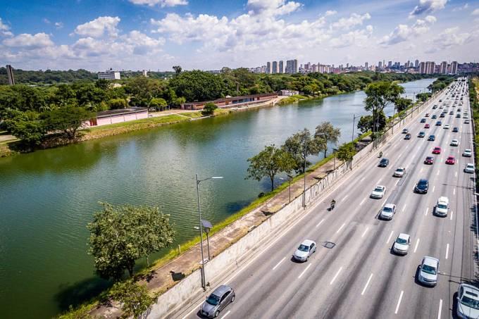 Raia Olímpica da Cidade Universitária, ao lado da Marginal do Rio Pinheiros.