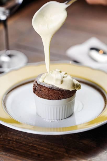 Suflê de chocolate com creme gelado de queijo mascarpone