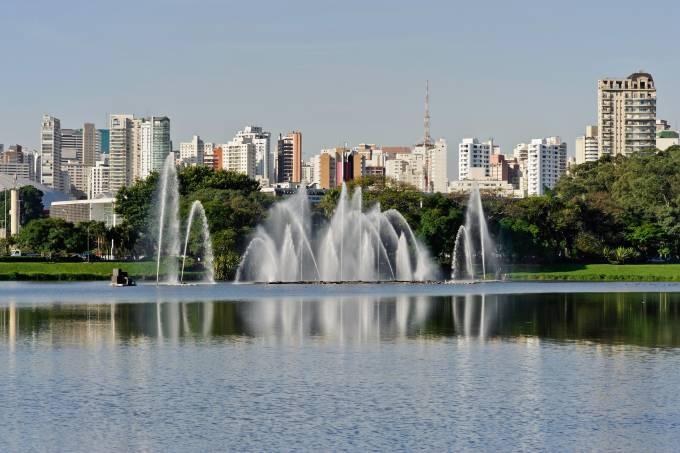 Skyline de São Paulo, visto do lago do Ibirapuera