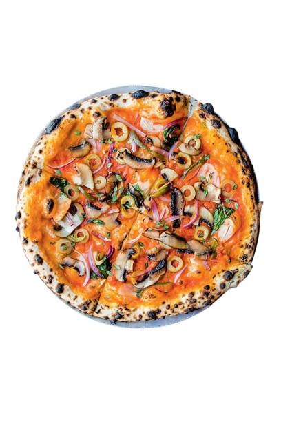 Pizza vegana da Bráz Elettrica: com cogumelo portobello, cebola-roxa, lascas de alho, manjericão, azeitona verde e orégano fresco