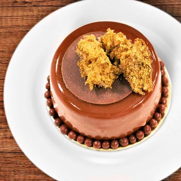 Piedmonte passion fruit: musse de gianduia, finas camadas de bolo de chocolate e recheio de maracujá