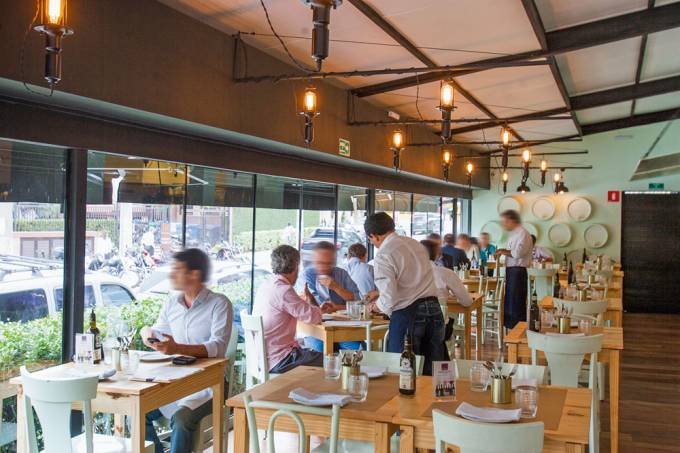 """Interior do restaurante Taberna da Esquina"""", no Itaim Bibi."""