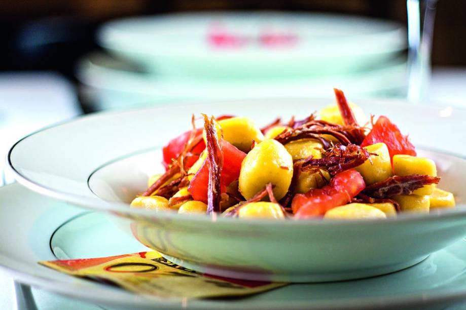 Nhoque de mandioquinha com carne-seca e tomate