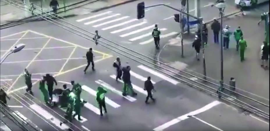 As cenas que chocaram o país: ele é puxado do ônibus e recebe golpes durante trinta