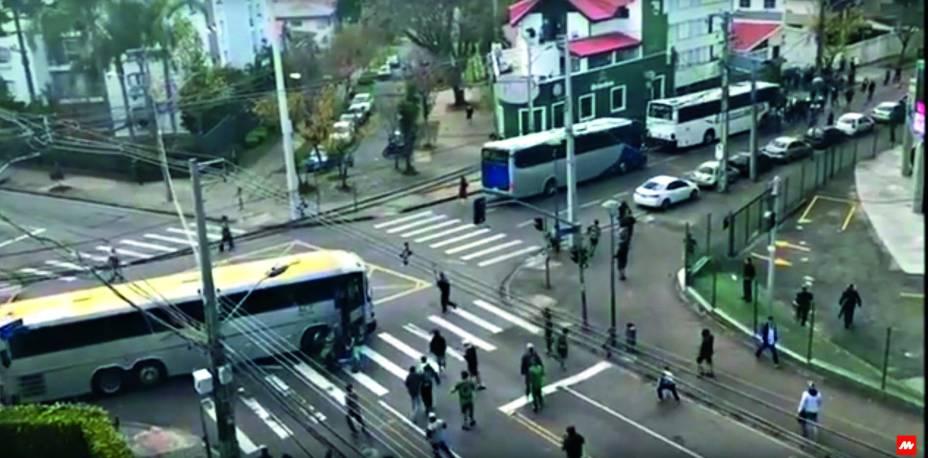As cenas que chocaram o país: ele é puxado do ônibus e recebe golpes durante trintasegundos de pelo menos dez agressores até a chegada da polícia e do socorro