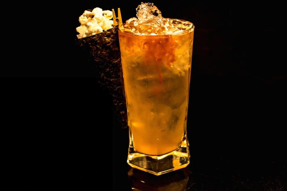 """<b>Ali -</b>A receita que o finalista Luciano Guimarães, 36 anos, sugere é o drink batizado de <i>Ali</i>. Ingredientes: 50 ml de whisky <b>Bulleit Bourbon</b>; 200 ml de cerveja tipo IPA; 10 ml de sumo de limão; pitada de flor de sal. Modo de fazer: Adicione bastante gelo a um copo longo, em seguida coloque o whisky seguido da cerveja e do limao. Finalize com um toque de flor de sal e mexa levemente com uma colher ou com um canudinho. Dica de mestre: """"Harmonize esse drink com pipoca de bacon e 'enjoy'!"""" diz Luciano.(graduação alcoólica 28,26%)"""