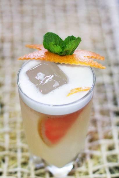 """<p style=""""text-align:justify;""""><strong>México lindo y querido</strong> - O chileno Ricardo """"Puma"""" Fuenzalida, 29 anos, faz uma homenagem ao México com esse coquetel colorido e aromático<i>. </i>Ingredientes:<i> </i>50ml Tequila <strong>Don Julio Blanco</strong>; 15 ml xarope de Agave; 20 ml suco de grapefruit; 20 ml Vermouth Bianco; 20 ml Clara de ovo; casca de grapefruit e folhas de hortelã para decorar. Modo de fazer: Colocar os ingredientes na coquetelera (sem gelo) e bater até conseguir criar uma espuma. Incorporar gelo e bater novamente até obter uma mistura homogênea e fria.Sirva em copo longo com pedras de gelo. Dica de mestre: """"O xarope de Agave ou Agave Syrup pode ser encontrado em supermercados, mas pode ser substituído por Maple Syrup"""", diz.(graduação alcoólica 14, 38%)</p>"""