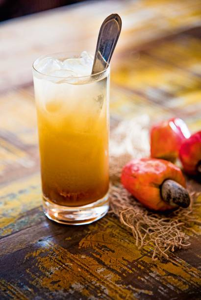 Drinque caju amigo: com pinga e compota da fruta