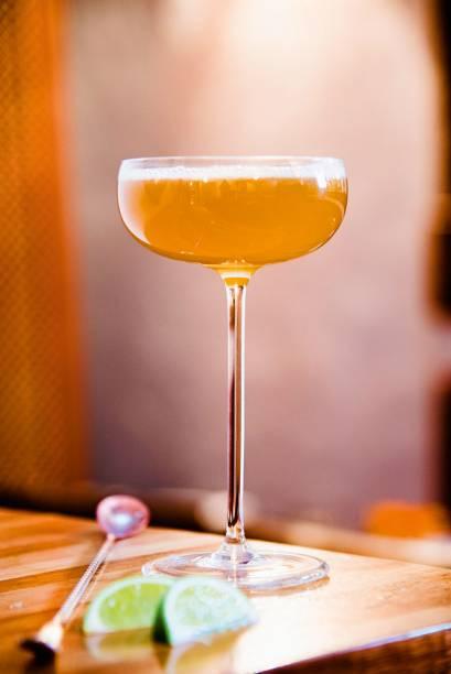 Mandasour: combina dois tipos de cachaça, limão, chá-mate e mel da abelha nativa mandaçaia