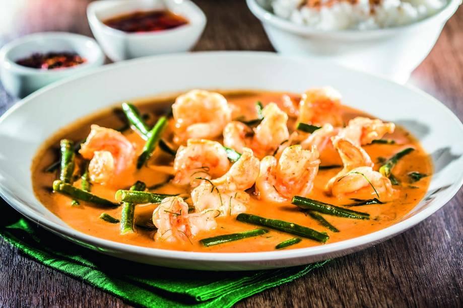 Curry de camarão servido com arroz de jasmim