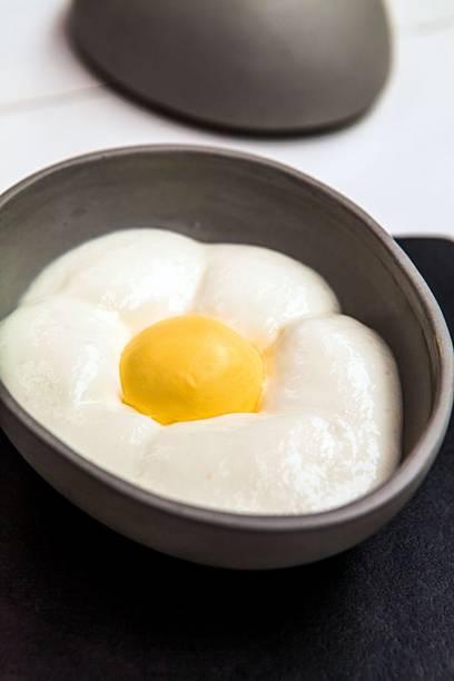 Sobremesa curiosa: sorvete de gemada e espuma de coco simulam um ovo
