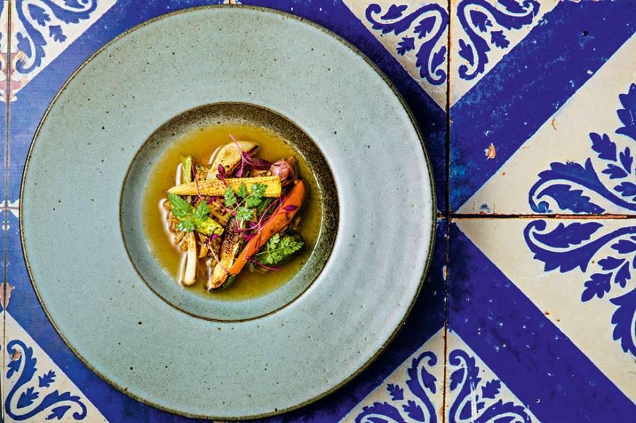 Sopa de galinha com aipo, cenoura e minimilho