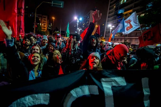 ESTUDANTES PROTESTAM CONTRA RESTRIÇÕES AO PASSE LIVRE EM SÃO PAULO