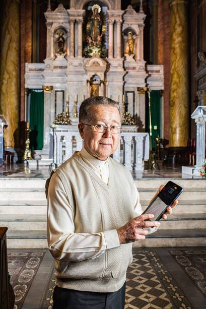 Iluminação por tablet: acionado pelo padre Lorenzetti, um programa usa modelos de iluminação pre-estabelecidos para casamento, batizado...