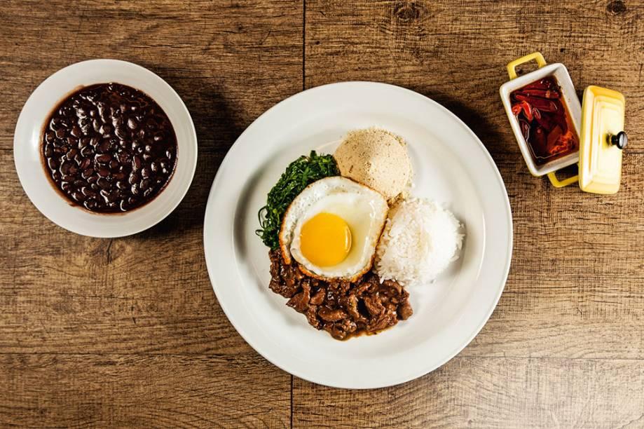Picadinho de filé-mignon com arroz, feijão-preto, ovo frito, farofa e couve