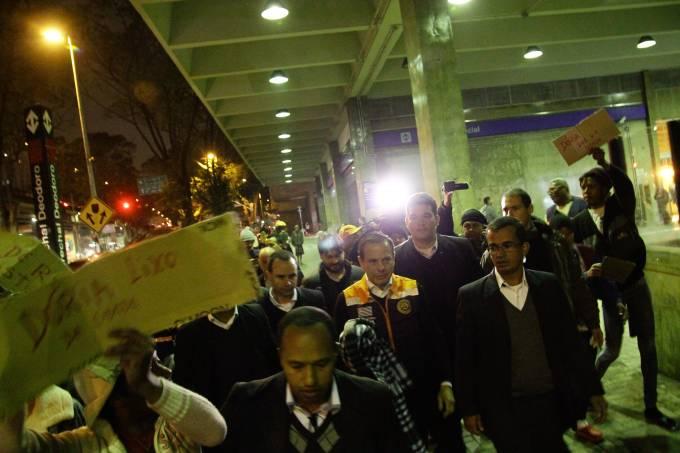 Doria entrega cobertores a moradores de Rua no centro de SP