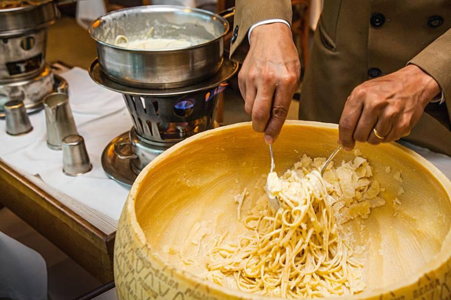 Tatini: linguine nel grana padano preparada no salão