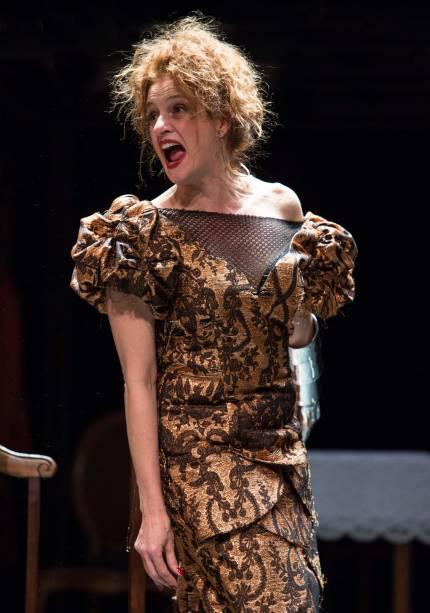 Denise Fraga em cena de 'A Visita da Velha Senhora'