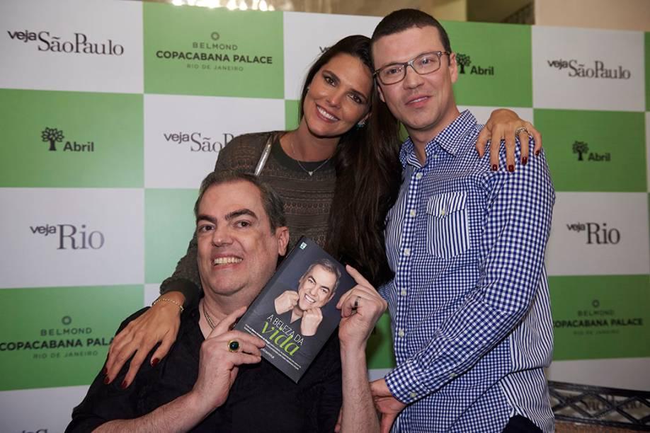 Daniela Sarahyba entre Biaggi e João Batista Jr.: a modelo está presente no capítulo O Altar, sobre as famosas e nababescas noivas preparadas pelo profissional