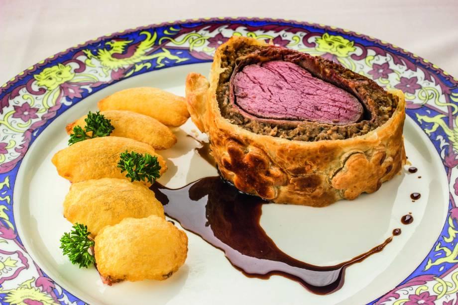 Filé-mignon envolto em patê de foie gras e massa folhada vem acompanhado de batata suflê