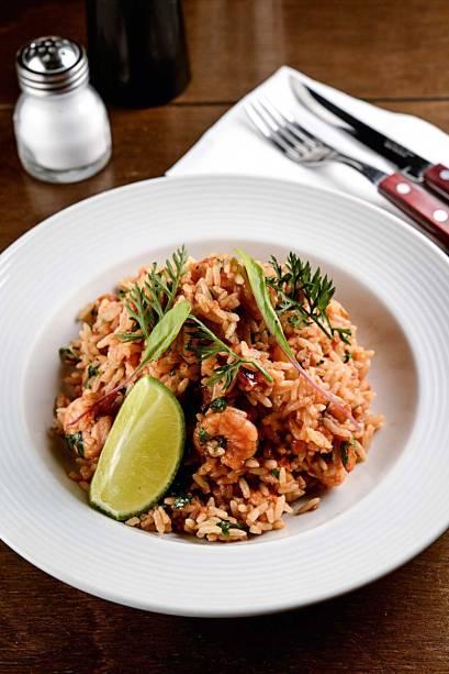 Arroz de camarão: com crustáceos miúdos e macios, fritos com pasta de pimentão, vinagrete de repolho e limão