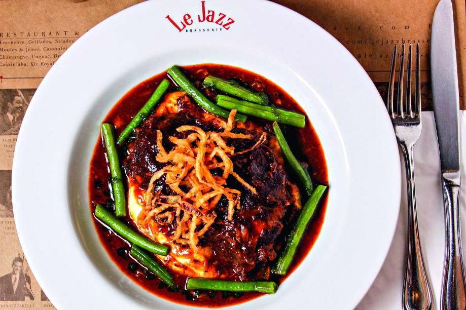 A bochecha de boi cozida no vinho tinto e cogumelos vem acompanhada de purê de batatas, crocante de chalota e vagem francesa