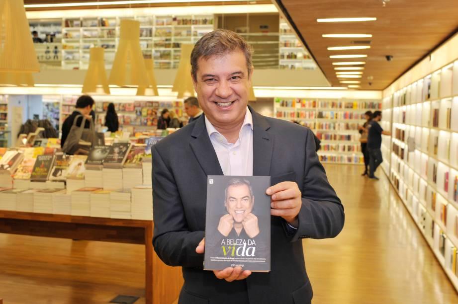 """Carlos Bettencourt, restaurateur e sócio do restaurante português A Bela Sintra, no lançamento do livro """"A Beleza da Vida"""", na noite desta terça (15)"""