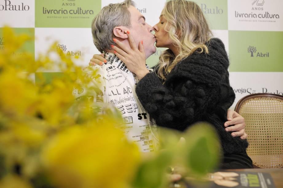 """Adriane Galisteu, apresentadora e uma das participantes do """"Dança dos Famosos"""", beija Marco Antonio de Biaggi no lançamento do livro """"A Beleza da Vida"""""""