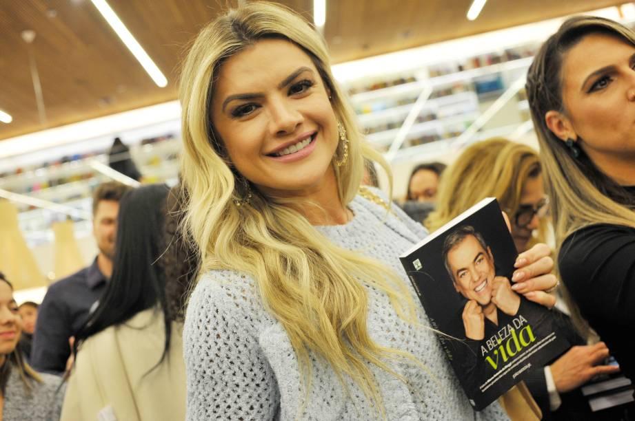 """Mirella Santos, a mãe da famosa Valentina, marca presença no lançamento do livro """"A Beleza da Vida"""""""