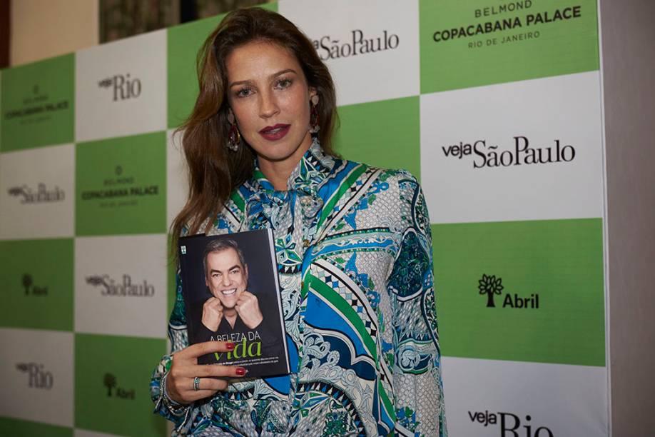 """Luana Piovani, recordista de capas com Biaggi: """"Eu só pinto meu cabelo de loiro no salão do Marco"""""""