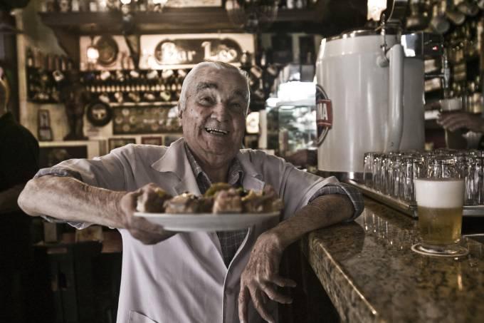 Luiz de Oliveira, garçom do Bar do Léo que comemora 90 anos de idade no dia 5 de