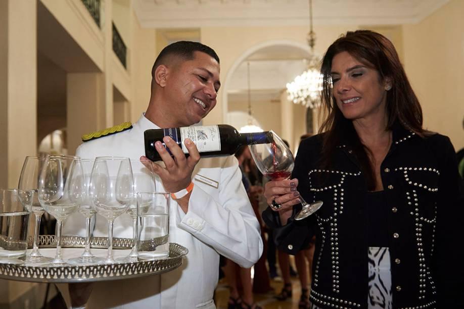 Patricia Brandão, dona de uma lista poderosa de convidados, e o tinto da casa italiana Massimo Visconti: coquetel lotado até às 22 horas