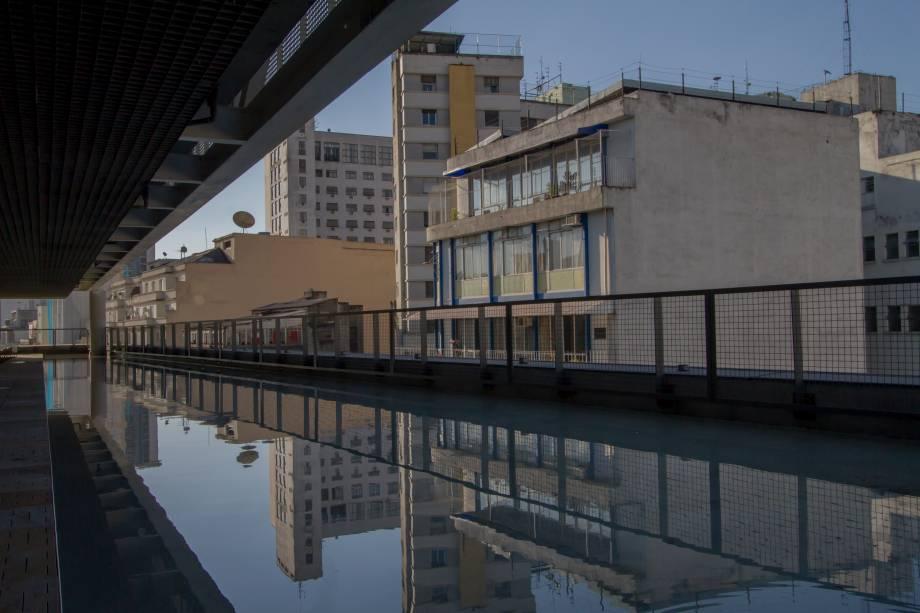 Com espelhos d'água jardim da piscina é um terraço aberto para o centro
