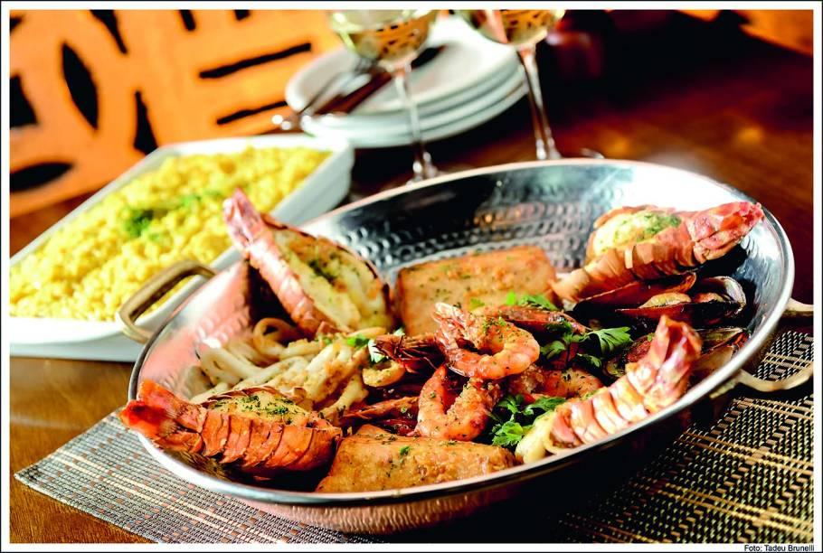 O prato rede do pescador: camarão, mexilhão, peixe, lula e lagosta grelhados