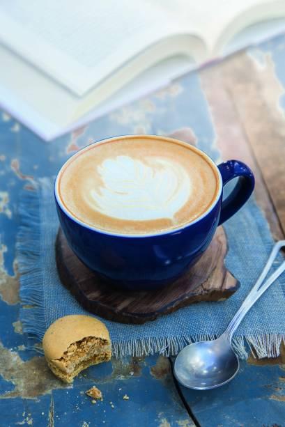 Cappuccino: expresso, uma parte de leite vaporizado e outra de sua espuma