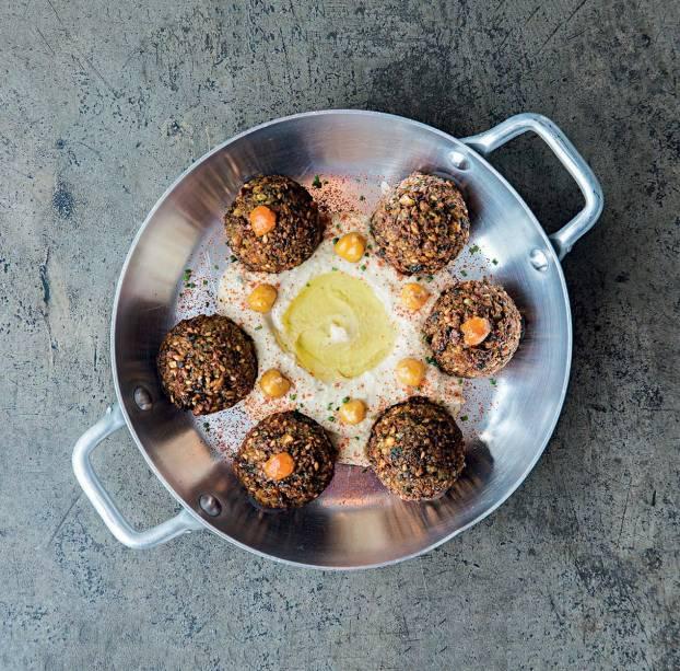 Faláfel: os bolinhos são servidos sobre homus