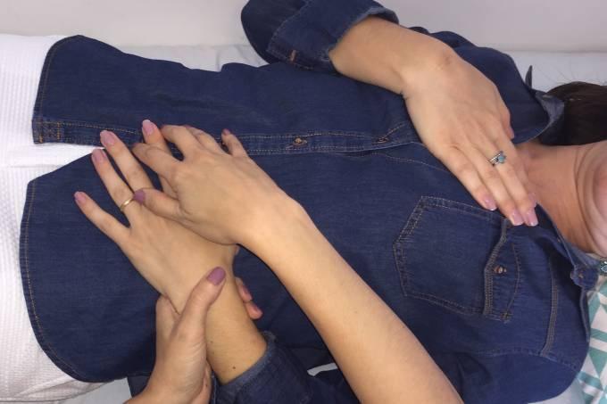 cópia de Atend BodyTalk, mãos no coração – Nirvana Marinho