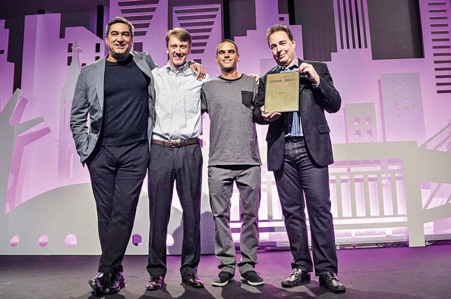 Zeca Camargo com os sócios do Loup, Fabio Reinholz e Daniel Sahagoff, mais o chef Stefano Bignotti(de camiseta cinza): estreia do ano de restaurantes