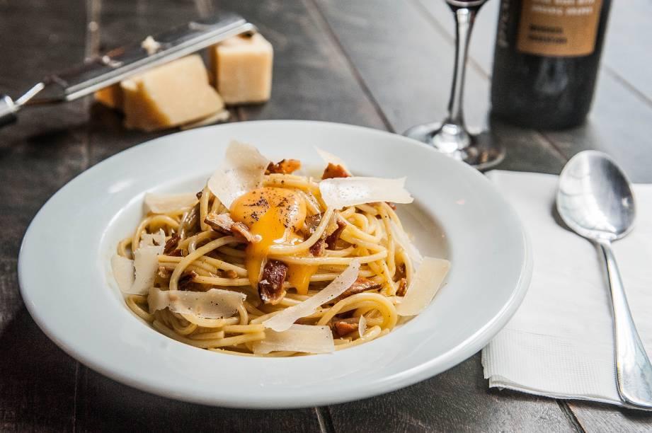 Espaguete à carbonara: gema no topo do prato