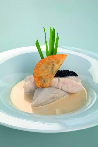 Robalo com purê de inhame e caviar: o detalhe extra é um pastel